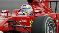 Fernando Alonso s vozem Ferrari.