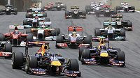 Mark Webber (vpravo) s týmovým kolegou z Red Bullu Sebastianem Vettelem v čele Velké ceny Brazílie