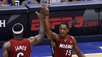 LeBron James (vlevo) oslavuje s Mariem Chalmersem bodový přírůstek Miami na palubivce Dallasu.