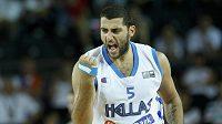 Řecký basketbalista Ioannis Bourousis se raduje z proměněného koše.