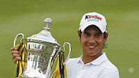 Italský golfista Matteo Manassero s trofejí pro vítěze Malaysian Open