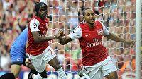 Fotbalista Arsenalu Theo Walcott (vpravu) slaví spolu se spoluhráčem Gervinhem gól do sítě Udine v play-off Ligy mistrů.