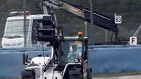 Důsledek pokusu o předjetí týmového kolegy: Sebastian Vettel opouští nepojízdný monopost Red Bull.