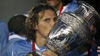 Uruguayský hrdina finále Diego Forlán se mazlí s pohárem pro mistry Jižní Ameriky.