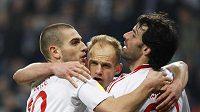 David Jarolím (uprostřed) bude mít se spoluhráči z Hamburku Ruudem van Nistelrooijem (vpravo) a Mladenem Petričem nového trenéra.