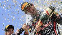 Sebatian Vettel (vlevo) kropí šampaňským svého týmového parťáka Marka Webbera, který si v Brazílii dojel pro první vítězství v sezóně.