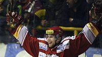 Třinecký Vojtěch Polák oslavuje vstřelený gól na ledě Litvínova.