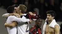 Pato z AC Milán (vpravo) smutně sleduje postupové oslavy fotbalistů Tottenhamu.