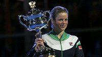 Kim Clijstersová s trofejí pro vítězku Australian Open.