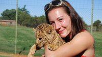 Při soustředění v Africe si Denisa Rosolová našla čas i na návštěvu lví farmy.