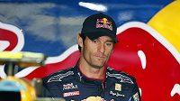 Australan Mark Webber odpočívá ve svém boxu při tréninku na Velkou cenu Japonska.