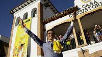 Vítěz Tour de France Alberto Contador zdraví s fanoušky.