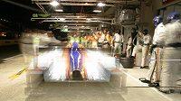Prototyp Aston Martin posádky Charouz, Enge, Mücke v boxech.