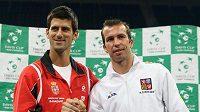 Srb Novak Djokovič (vlevo) a Radek Štěpánek obstarají úvodní duel semifinále Davis Cupu.