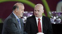 Trenér českých fotbalistů Michal Bílek (vpravo) a jeho španělský kolega Vicente del Bosque se budou v Madridu dohadovat o termínek kvalifikace.