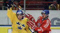 Domácí Johan Fransson a Michal Barinka svedli souboj ve čtvrtečním zápase na Švédských hokejových hrách.