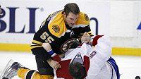 Bek Bostonu Johnny Boychuk (v černém) dostal na lopatky Jaroslava Špačka z Montrealu.