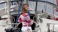 Laura Dekkerová na své jachtě.