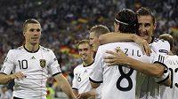 Fotbalisté Německa oslavují jednu z branek vstřelených Rakousku v kvalifikaci ME 2012. Tým trenéra Lahma si jako první zajistil postup na finálový turnaj.