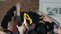 Fanoušci Liverpoolu pálí dres Fernanda Torrese.