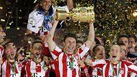Fotbalisté Bayernu slaví vítězství v Německém poháru.