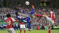 Silvestre Varela z FC Porto mezi dvěma hráči Bragy ve finále Evropské ligy