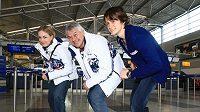 Rychlobruslařky Martina Sáblíková (vpravo) a Karolína Erbanová spolu s trenérem Petrem Novákem před odletem na olympijské hry