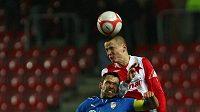 Plzeňský fotbalista Pavel Horvát v souboji se slávistou Adamem Hlouškem.