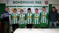Zleva fotbalisté Bohemians 1905: Jiří Stejskal (hráčský manažer), David Bartek, Ivan Hašek, Jan Morávek, Jan Moravec, Milan Škoda, Zbyněk Busta (trenér Bohemians 1905).
