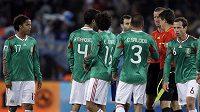 Fotbalisté Mexika v rozhovoru s rozhodčími.