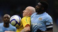 Obránce Manchesteru City Kolo Touré brání Lee Hughese z Notts County.
