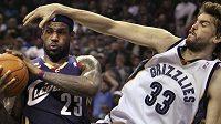 Basketbalista Memphisu Marc Gasol (vpravo) marně brání LeBrona Jamese z Clevelandu.