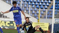Olomoucký brankář Petr Drobisz (vpravo) chytá míč do svých rukavic. Daniel Rossi jistí situaci.