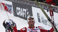 Norský lyžař Peter Northug se raduje z triumfu ve skiatlonu na MS v Oslu.