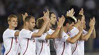 Čeští fotbalisté děkují divákům po remíze 0:0 s Japonskem v Jokohamě. Zleva Petr Janda, Michal Hubník, Daniel Kolář, Petr Čech, Kamil Vacek a Roman Hubník.