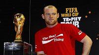 Wayne Rooney z Manchesteru si zapózoval s trofejí pro mistry světa.