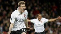Dánský útočník ve službách Arsenalu Nicklas Bendtner (vlevo) .