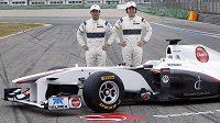 Jezdci stáje Sauber Kamui Kobajaši (vlevo) a Sergio Perez při slavnostním odhalení monopostu s označením C30.