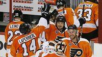 Hokejisté Philadelphie se radují z výhry nad Chicagem ve čtvrtém finálovém duelu.