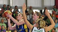 Basketbalistky Hana Horáková (zády) a Alena Hanušová (vzadu) se snaží zabránit ve střelbě Lindsay Whalenové z USK Praha.