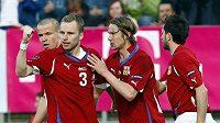 Michal Kadlec (vlevo) oslavuje svůj gól proti Lichtenštejnsku