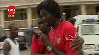 Emmanuel Adebayor (vpravo) bezprostředně po napadení autobusu fotbalistů Toga samopalníkem