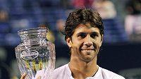 Španělský tenista Fernando Verdasco s pohárem pro vítěze turnaje v New Havenu