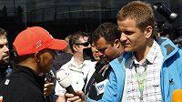 Pavel Turek (vpravo) natáčí rozhovor s pilotem stáje McLaren Lewisem Hamiltonem.