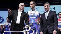 Legendární cyklista Eddy Merckx (vlevo), majitel Quick Stepu Zdeněk Bakala (vlevo) a týmová jednička Tom Boonen při předsezónním představení stáje. Ilustrační foto.