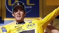 Nový lídr Tour de France Andy Schleck se převléká v Alpe-d'Huez do žlutého trikotu.