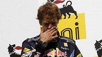 Sebastian Vettel zpytuje svědomí na stupních vítězů po GP Maďarska. Místo vítězství se musel smířit s třetí pozicí.