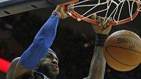 Basketbalistan Clevelandu LeBron James střílím koš Phoenixu.