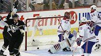 Hokejisté Pittsburghu se radují z branky proti Montrealu.