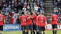 Norští fotbalisté se radují z prvního gólu proti Česku.